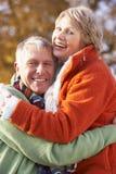 couples étreignant l'aîné de verticale Images libres de droits