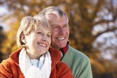 couples étreignant l'aîné de verticale Photo libre de droits