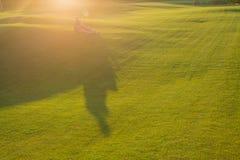 Couples étreignant la lumière de coucher du soleil Photos libres de droits