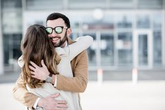 Couples étreignant près de l'aéroport Image libre de droits