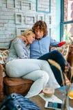 Couples étreignant sur un sofa Images libres de droits