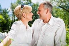 Couples aînés à l'extérieur Photos stock