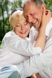 Couples aînés à l'extérieur Photo libre de droits