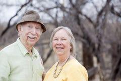 Couples aînés à l'extérieur Images libres de droits