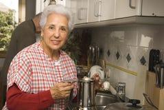 Couples aînés à la cuisine Photographie stock libre de droits