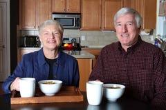 Couples aînés à la maison Photos stock