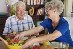 Couples aînés à la maison Images stock