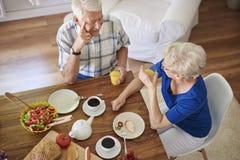 Couples aînés à la maison Image stock