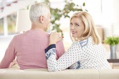 Couples aînés à la maison Image libre de droits