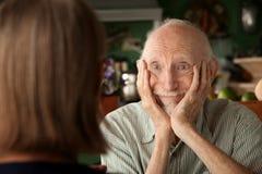 Couples aînés à la maison se concentrant sur l'homme Photo libre de droits