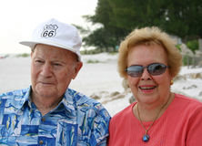Couples aînés à la plage images stock