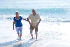 Couples aînés à la plage Image stock