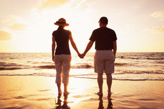Couples aînés à la plage Photographie stock libre de droits