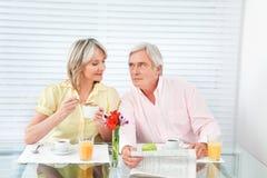 Couples aînés à la table de déjeuner Images libres de droits