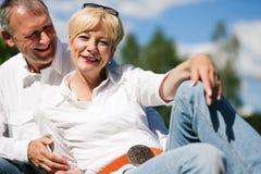 Couples aînés à un lac Photographie stock