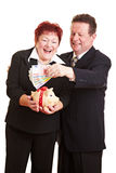 Couples aînés épargnant l'euro argent Photos libres de droits