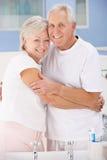Couples aînés étreignant dans la salle de bains Photos stock