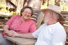 Couples aînés affectueux à l'extérieur Images libres de droits