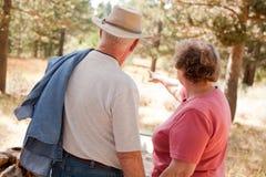Couples aînés affectueux à l'extérieur Image libre de droits