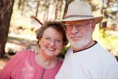 Couples aînés affectueux à l'extérieur Photos libres de droits