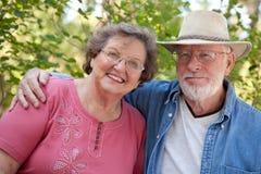 Couples aînés affectueux à l'extérieur Photographie stock libre de droits
