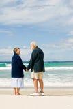 Couples aînés affectueux à la plage Image libre de droits