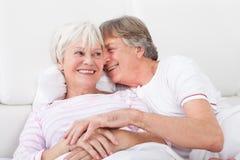 Couples aînés affectueux Image stock