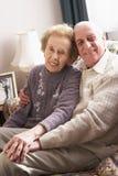 Couples aînés affectueux détendant à la maison Photographie stock