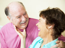 Couples aînés affectueux riants Photo stock