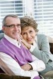 Couples aînés affectueux se reposant ensemble sur le divan Images libres de droits