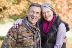 Couples aînés affectueux sur la promenade d'automne Image libre de droits
