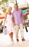 Couples aînés appréciant des achats Photo libre de droits