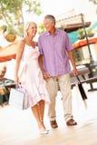 Couples aînés appréciant des achats Image libre de droits