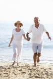Couples aînés appréciant des vacances de plage Image stock