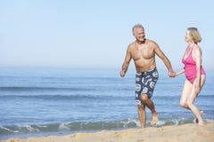Couples aînés appréciant des vacances de plage Photo libre de droits