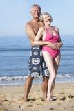 Couples aînés appréciant des vacances de plage Photographie stock