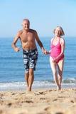 Couples aînés appréciant des vacances de plage Photos stock