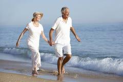 Couples aînés appréciant des vacances de plage Photographie stock libre de droits