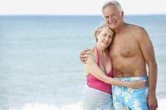 Couples aînés appréciant des vacances de plage Images stock