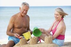 Couples aînés appréciant des vacances de plage Images libres de droits