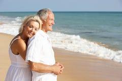 Couples aînés appréciant des vacances de plage au soleil Photographie stock libre de droits