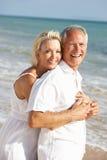 Couples aînés appréciant des vacances de plage au soleil Photo libre de droits