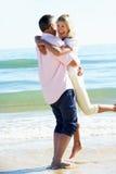 Couples aînés appréciant des vacances romantiques de plage Photographie stock libre de droits