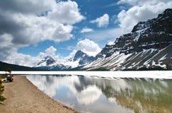 Couples aînés appréciant la vue scénique du lac bow, Al Image stock