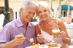 Couples aînés appréciant le café et le gâteau Photos stock