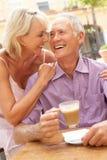 Couples aînés appréciant le café et le gâteau Photo libre de droits