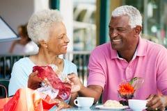 Couples aînés appréciant le casse-croûte au café extérieur Photographie stock libre de droits