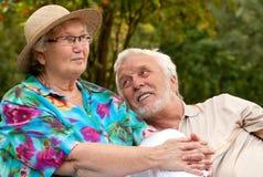 Couples aînés appréciant le temps beau Images stock