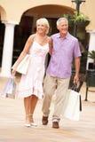 Couples aînés appréciant le voyage d'achats Photos stock