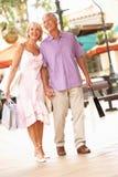 Couples aînés appréciant le voyage d'achats Photographie stock libre de droits